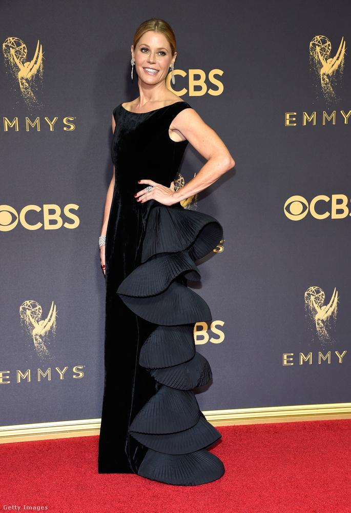 Julie Bowent első sorban a Modern család című sorozatból ismerheti, de ezt a ruházatot még biztos nem látta rajta