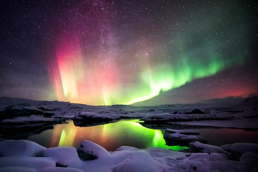Izlandon a Jokulsarlon lagúnában a szivárvány minden árnyalatában lebeg a sarki fény. Itt általában nagy kiterjedésű fénylések láthatók.