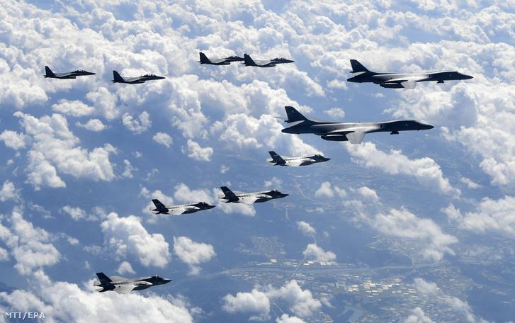 A dél-koreai légierő F-15K vadászrepülőgépei két amerikai B-1B Lancer bombázóval (j, j2) repülnek alakzatban egy dél-koreai-amerikai közös hadgyakorlaton a Koreai-félsziget felett, a Kangvon tartománybeli Pilszung légterében 2017. szeptember 18-án.