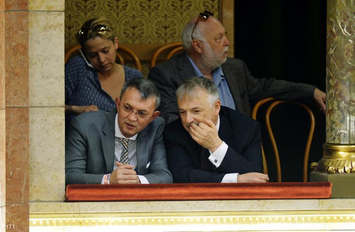 Elöl Garancsi István és Hernádi Zsolt, a háttérben Andy Vajna és Kaminsky Fanni az Országgyûlés ülésén amelyen a parlament megválasztotta Orbán Viktort miniszterelnöknek 2014. május 10-én