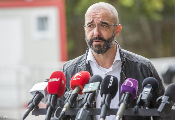 Kovács Zoltán kormányszóvivő a magyar-szerb zöldhatár lezárásának második évfordulóján tartott kormányszóvivői tájékoztatón a röszkei közúti határátkelőhelyen 2017. szeptember 15-én