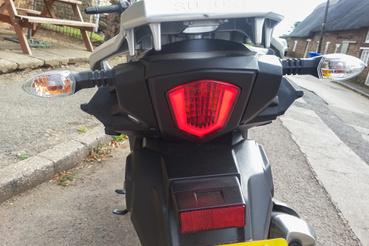 Rendes hátsó lámpa, simán eszembe jut róla a GSX-R1000. Ha ide jutott led, máshova miért nem?