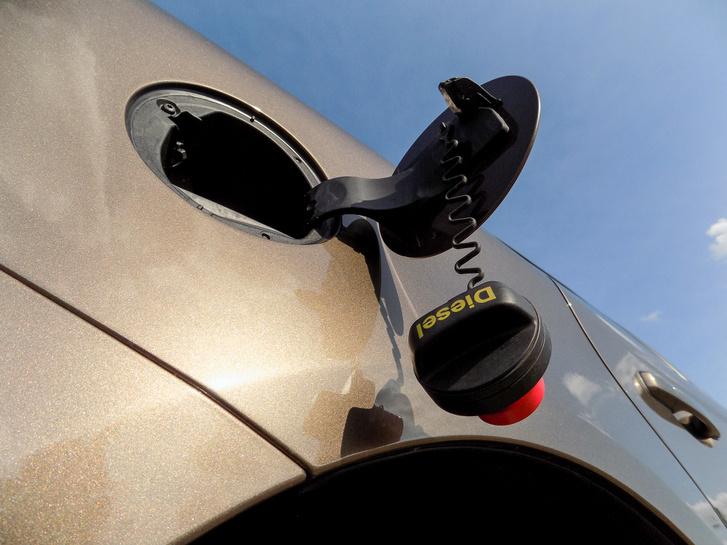 A tanksapkának nincs helye tankoláskor, ezért óvatosan kell lelógatni, különben ingaként üti a kasztnit
