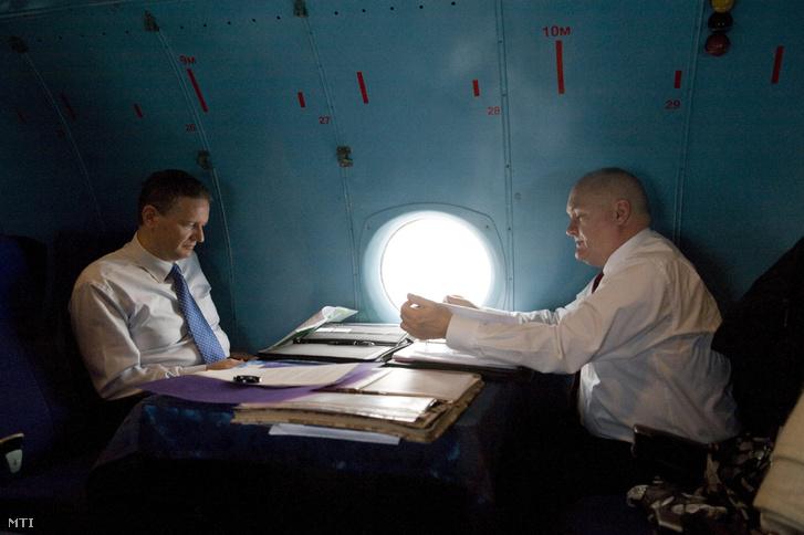 Siklósi Péter, a Honvédelmi Minisztérium védelempolitikáért és védelmi tervezésért felelõs helyettes államtitkára (b) és Hende Csaba honvédelmi miniszter utaznak egy An-26 típusú katonai szállító repülõgép fedélzetén Vilniusba 2013. január 16-án