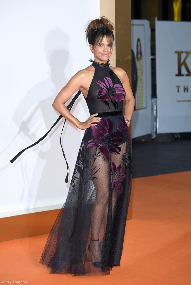 Az öltöztetője mindenesetre nem hülye: a színésznőnek szép lábai vannak, érdemes őket hangsúlyozni