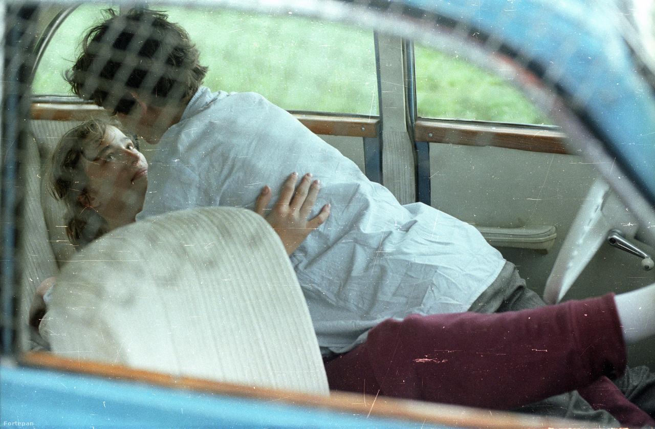 Dini barátnőjét, Magdát a filmben Iván Anikó alakította. Neki ez volt az első és utolsó filmje.