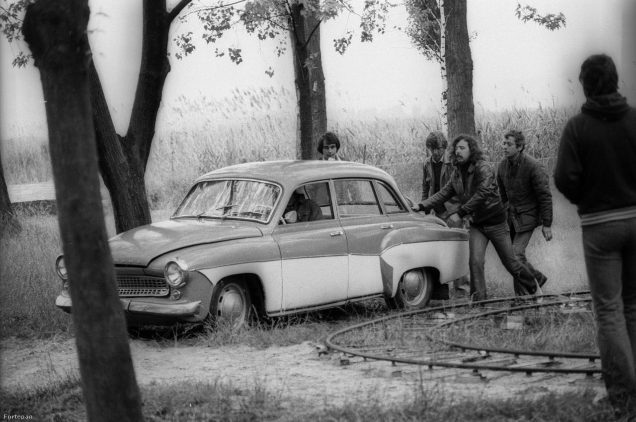 """A képen egy Wartburg 312/353-as. 1956-tól a Német Demokratikus Köztársaságban gyártották. Kétütemű motorral felszerelt, 30-40 lóerős autó. Magyarországon körülbelül 7000 forintért lehetett megrendelni a Merkúr állami vállalatnál és legalább 5-7 évet kellett várni, mire a megrendelő megkapta. """"Ha magamat akarnám ostorozni, a Megáll az idő például tele van hazugságokkal. Mindazok az effektek, amelyek miatt dicsérték a film hitelességét, meg azt, hogy milyen jól jelenítette meg a hatvanas éveket, legalább egy évtizedet összevissza csúsznak az időben"""" - nyilatkozta korábban Rajk László, a film látványtervezője."""