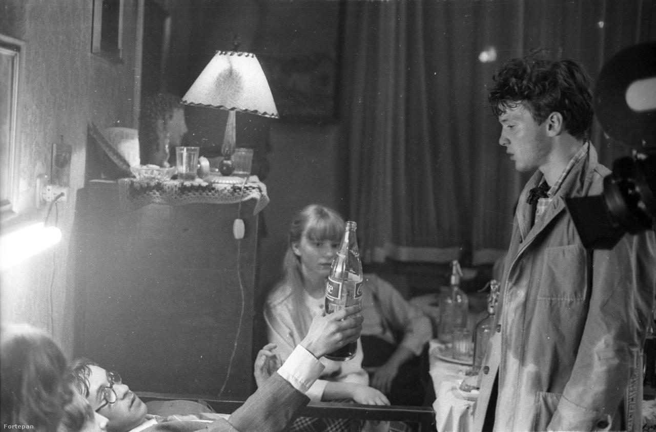 """A házibuli emlékezetes jelenete, amikor Dini barátja megkínálja kólával az iskola nagymenőjét, Pierre-t. """"Pierre, ezt kóstold meg! (...) Coca-Cola…(…) én már képeslapokat látok…. Az apámék hozták. Hoztak Londonból, egy egész üveggel. Őrület, Pierre, őrület…"""""""