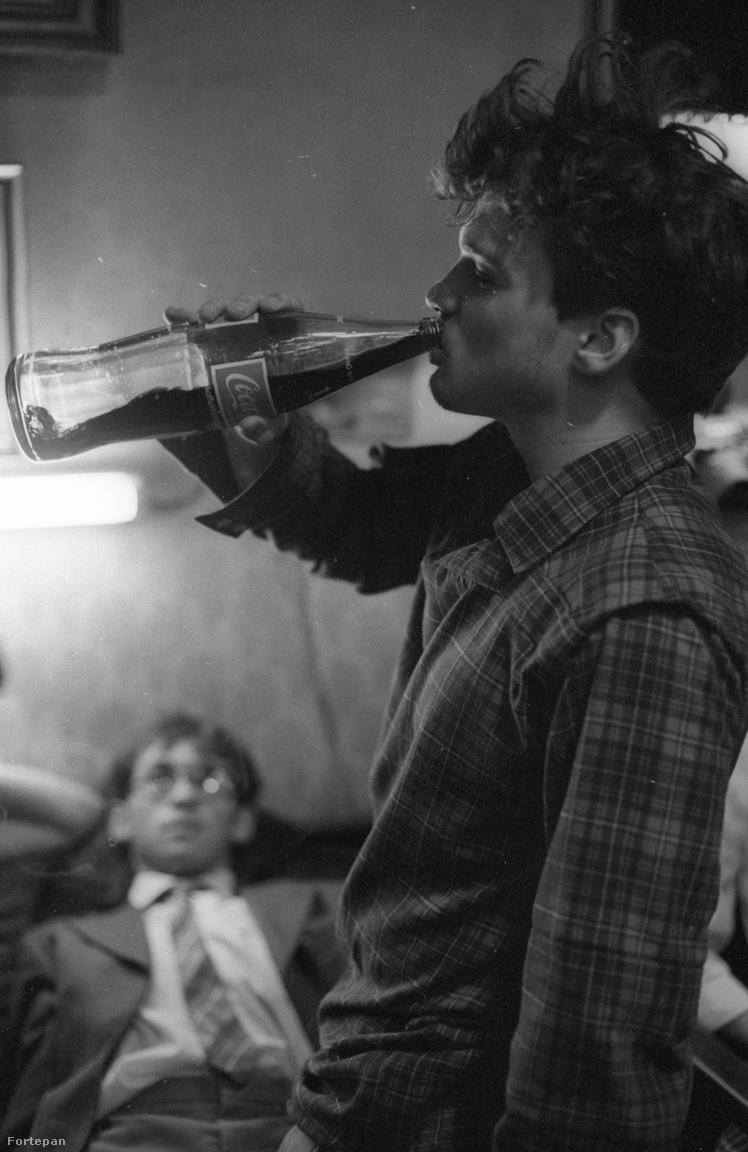 A Megáll az idő tele van emlékezetes jelenetekkel. Az egyik ilyen az a házibuli, ahol először kóstolnak a fiatalok Nyugatról hozott Coca-Colát, amitől aztán be is állnak.  Egy másik jelenetben megszólal Elvis Presley-től a Jailhouse Rock, a ködből lassan kiválnak Pierrék, akik rohannak az iskola felé, hogy ott törjenek-zúzzanak. A jelenetet az újpesti Attila úton forgatták.