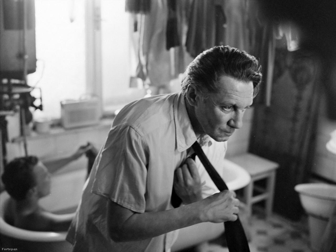 """A Megáll az idő zseniálisan bemutatja a hatvanas évek elejének nyomasztó éveit, benne azt a groteszk magyar valóságot, amiben - hogy a film egyik klasszikussá vált mondatát idézzük - még """"a szar is le van szarva""""."""