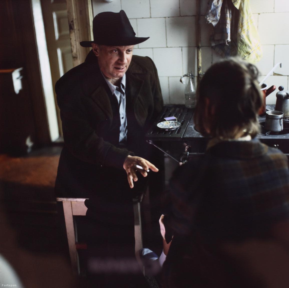 A film két generáció kudarcait mutatja be. Köves István és Bodor László 1956-ban harcoltak a forradalomban, de Bodort lecsukták, Köves pedig külföldre menekült. Felesége nem akar vele tartani, a két gyerekkel Budapesten marad.A sztori 1963. november 5-én, a forradalom leverésének 7. évfordulóján folytatódik. Köves Gábor és öccse, Dini látja, hogyan igazodik a kommunista diktatúrához az anyja és a börtönből szabadult Bodor, aki még a pártba is belép. A két srác gimnazistaként nézi végig a rendszer hazugságait, ellentmondásait, hogy aztán végül ők is belesimuljanak a rezsimbe. Van ugyan egy ellenpont, a lázadó, a hatalommal vakmerően szembeszálló Pierre személyében, aki végül a disszidálás mellett dönt.