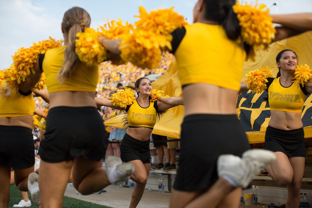 Az Iowa Hawkeyes cheerleaderei nemcsak a hazai futballmeccseken, hanem az egyetem kosárlabda- és röplabda-csapatainak mérkőzésein is ott vannak. A 20-30 fős csapat heti húsz órát gyakorol ezekre az eseményekre.