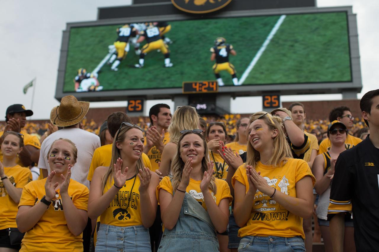 Ma már az óriáskivetítők is alapkellékei a nagyobb egyetemi programoknak, na meg a nagyobb stadionoknak. A bajnokságban nem ritkák a zsúfolásig megtelt 80-90 ezres stadionok, de 100-110 ezresek is vannak, ekkora például a Big 10-rivális Michigané. Egy ekkora arénában egy olcsóbb helyekről már nehezebb követni a pálya másik végén zajló eseményeket, plusz a visszajátszások és a közönség bevonása miatt is jól jön egy ekkora képernyő.