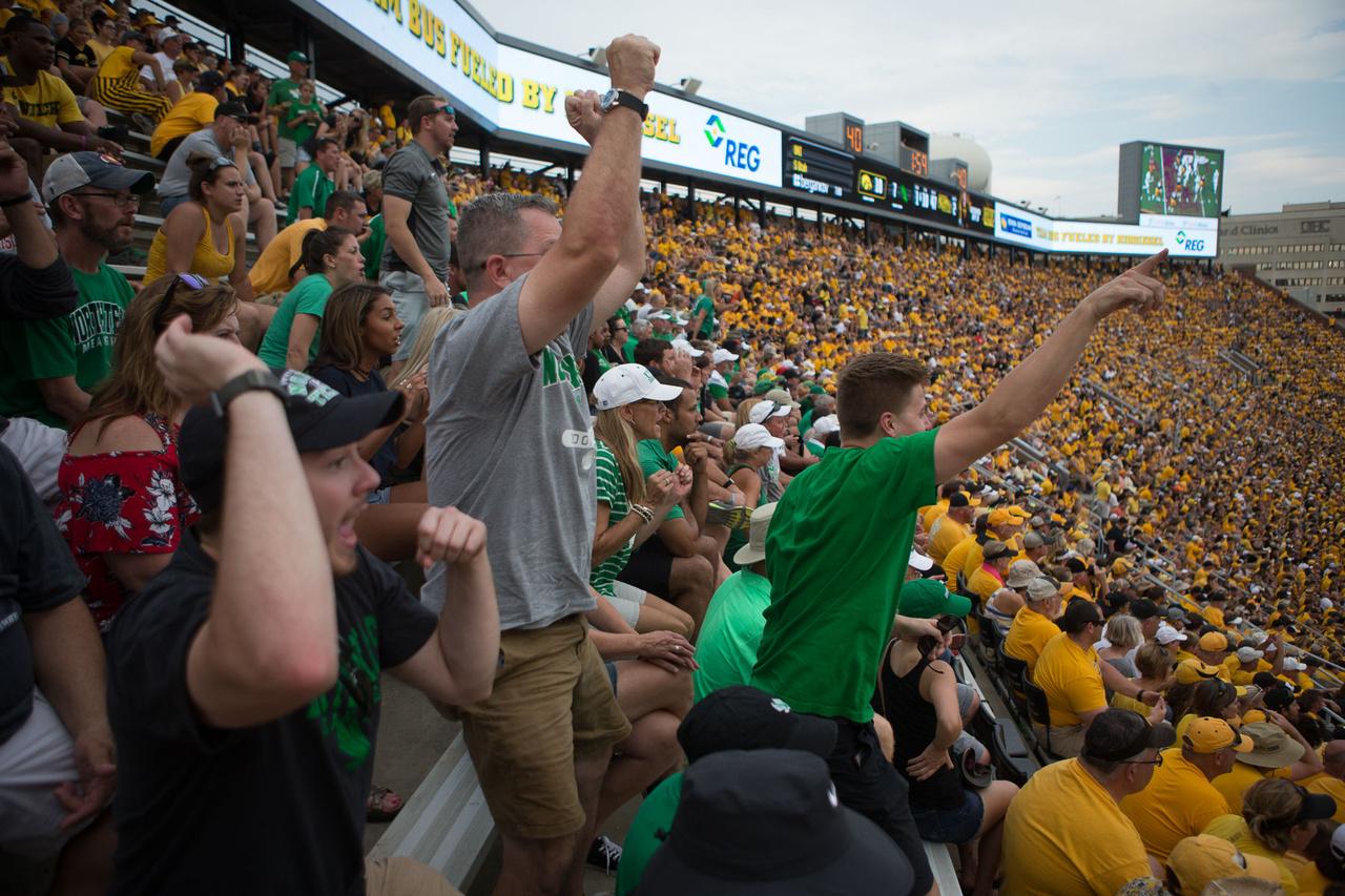 Az egyetemi amerikafutball-meccseken időnként óriási távolságot tesznek meg a csapatok az országon belül, ezért nem különösebben jellemző, hogy tömegek kísérnék el őket, pláne, hogy a hazai meccsekre hamar elmennek a jegyek. A North Texasszal azért érkezett egy kisebb csoport, akik a stadion egyik felső szegletéből hajtották a Mean Greent.