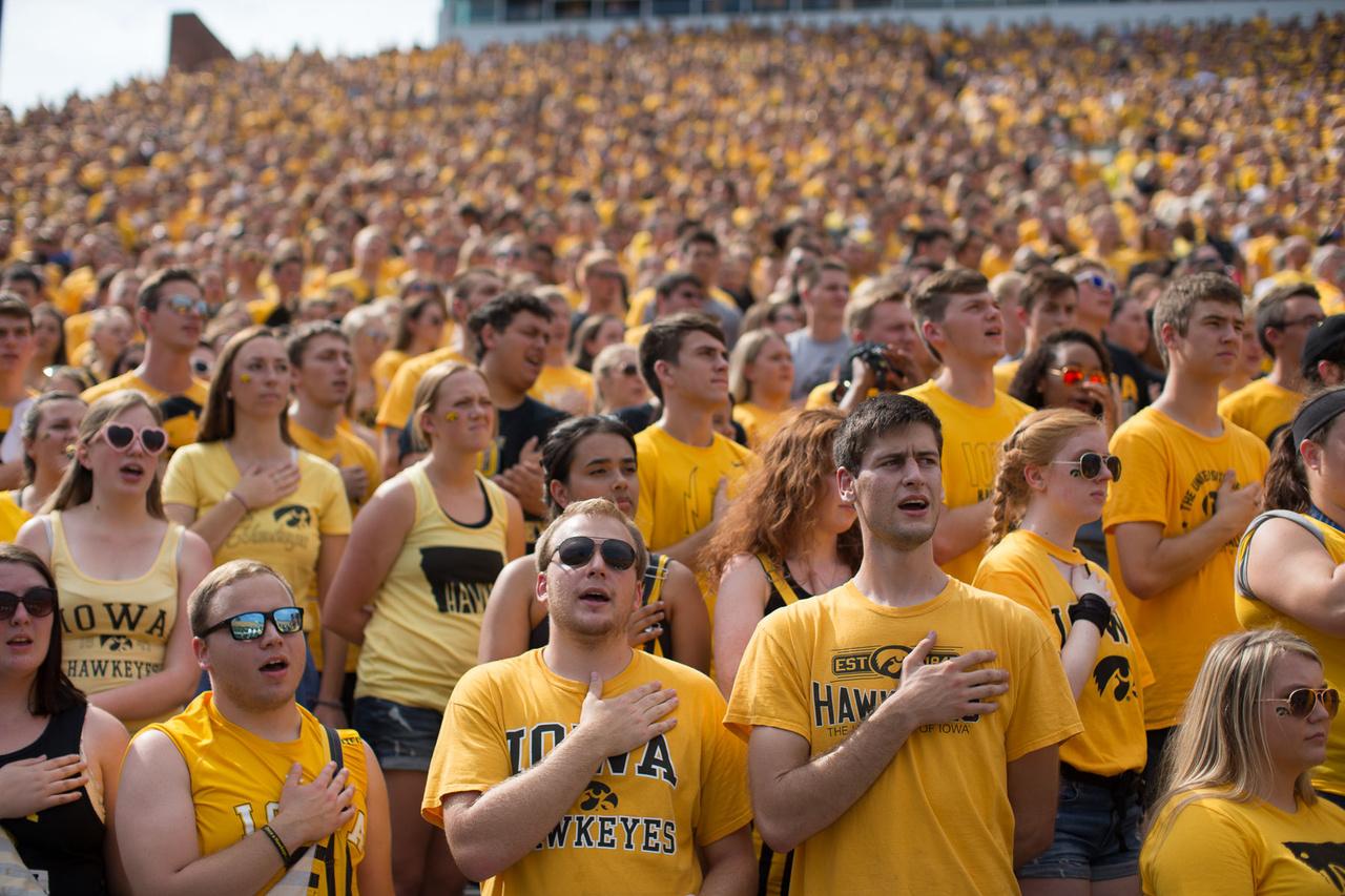 A sárgába öltözött szurkolótenger az amerikai himnuszt énekli a kezdés előtt. Az erősebb főcsoportokban szereplő csapatoknál, mint például az Iowánál, egészen komoly nézőszámok szoktak összejönni a hazai meccsekre. A hetvenezres Kinnick Stadion általában meg szokott telni, vagy csak néhány ezer hely marad üresen. A múlt szezonban az Iowa hazai találkozói voltak a huszadik leglátogatottabbak a 130 csapatos első osztályban, átlagosan 69 ezer nézőjük volt, vagyis szinte telt ház. A meccseken a diákszektorokban a legnagyobb a hangulat, ahova az egyetemisták jegyei szólnak, de az egyetemen végzett szurkolók, és az állam sportszeretői is ott vannak a lelátókon minden korosztályból. A North Texas ellen 65 ezren mentek ki.