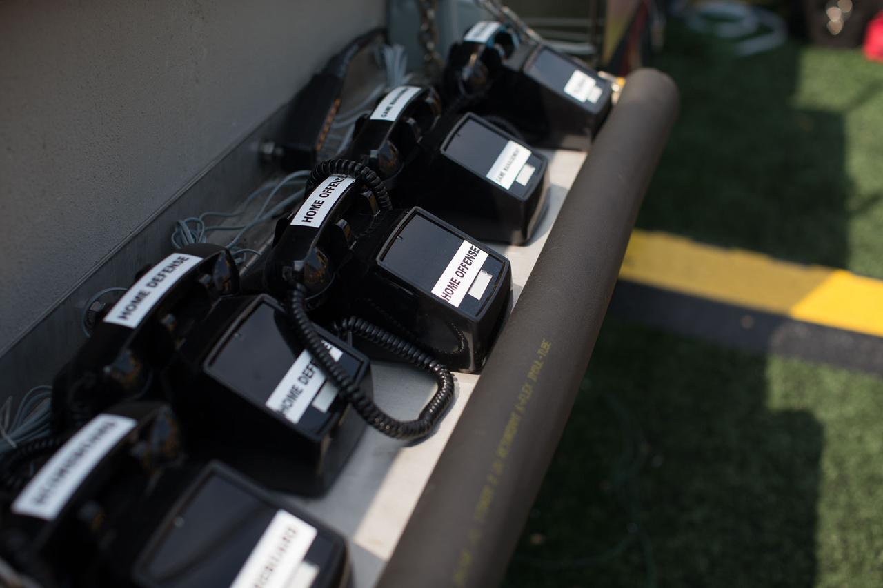 A hazai csapat telefonjai, ezen a zárt rendszeren keresztül kommunikál a pálya széléről a stáb és a játékosok a meccs alatt a páholyból sasoló edzői csapat fontosabb tagjaival.