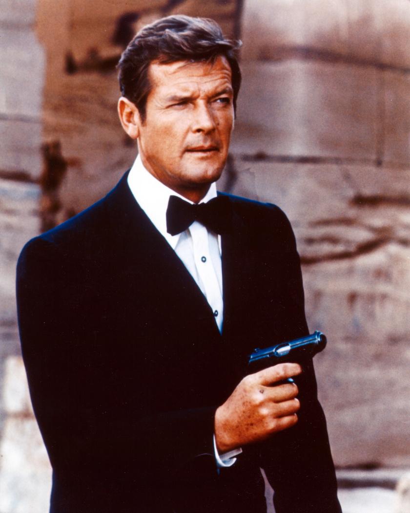 Roger Moore hét alkalommal bújt James Bond bőrébe. 2017. május 23-án hunyt el svájci otthonában, halálát rákbetegség okozta. 89 éves volt.