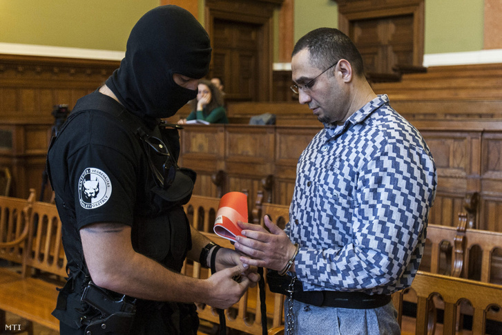 Leveszik a bilincset Magyar Róbert a fekete sereg néven elhíresült bûnszervezet vezetõjének kezérõl az ellene emberölés bûntette miatt folyamatban lévõ perújítási eljárás tárgyalásán a Fõvárosi Törvényszék Markó utcai épületében 2013. április 24-én.