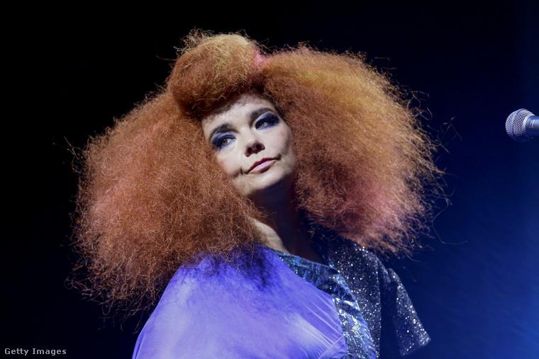 Természetesen Björkről, aki az aranykorát a '90-es években élte, és bár a kritikusok továbbra is ajnározzák, rajongói tábora azért valamelyest megcsappant