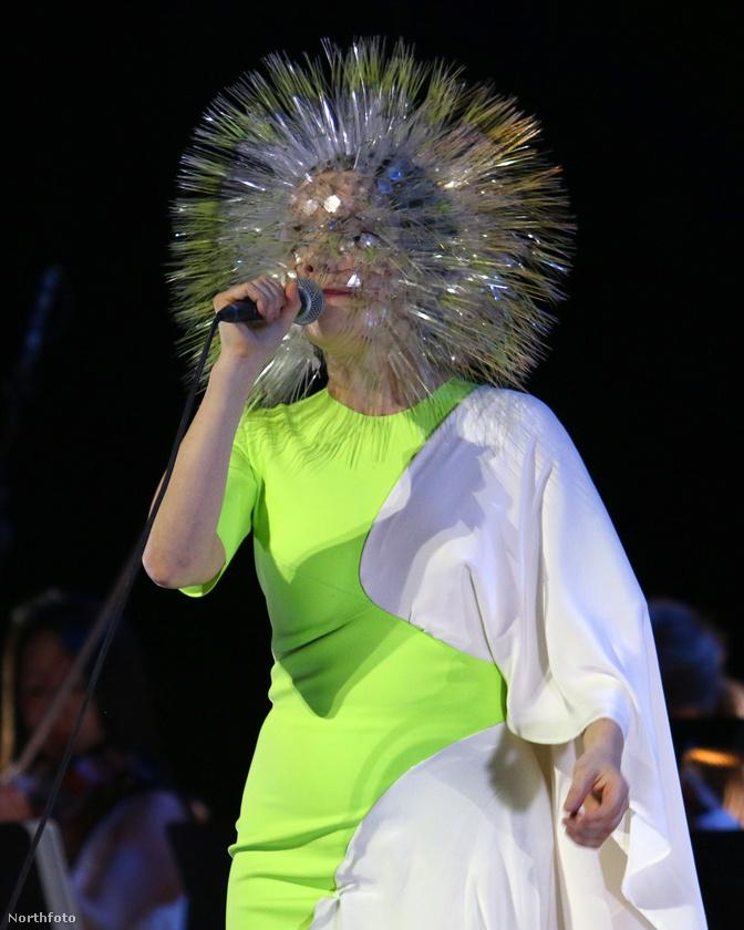 És igaz, hogy ez az énekesnő is 2015