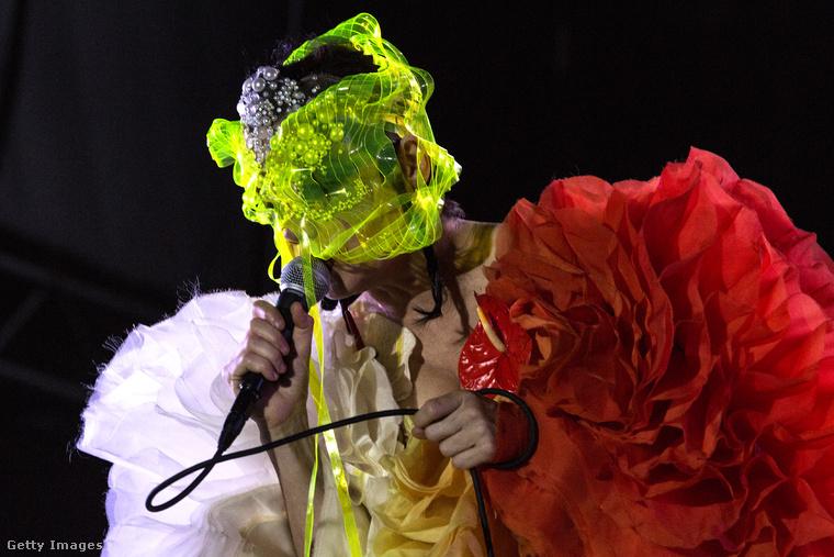Vagy mégsem segítünk? A művésznő ugyanis újabban a színpadon se nagyon mutogatja az arcát, ez a kép most júliusban készült róla.