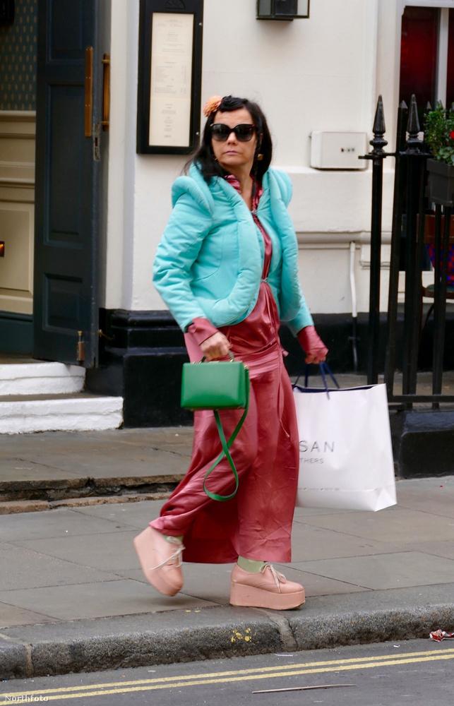 Ugye önt sem sikerült átverni, önnek is rémlik, hogy ki van a napszemüveg mögött ebben retrosci-fi-dzsekiben, bokáig érő szoknyával, zöld retiküllel és rózsaszín, magas talpú cipőben? Ha nem, segítünk pár fellépős fotóval!