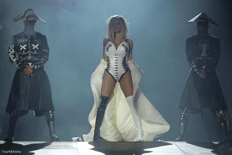 Az énekesnő a brazíliai fellépésen már nem is viselte a jegyyűrűjét.