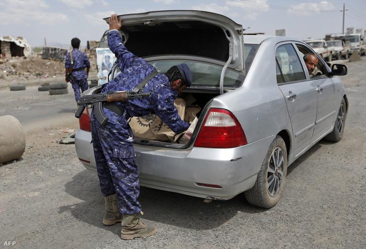 Az iráni támogatású húszi gerillákhoz hű jemeni katonák tartanak biztonsági ellenőrzést Szanaában 2017. szeptember 19-én, a város elfoglalásának harmadik évfordulóján