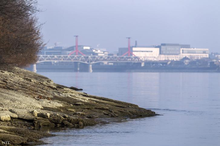 A tervezett Galvani híd majdani budai bekötési pontjának helyszíne a Duna-parton a Galvani utca és Budafoki út keresztezõdésének közelében 2016. december 6-án.