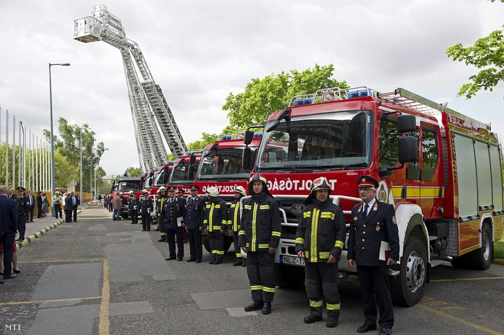 Magyar fejlesztésű és Iveco emelőkosaras tűzoltóautók a BM Országos Katasztrófavédelmi Főigazgatóság székháza előtt, ahol tíz Rába márkajelzésű fecskendős kocsit és öt Iveco emelőkosaras autót vett át 11 megyei katasztrófavédelmi igazgatóság 2016. április 14-én. A magyar fejlesztésű Heros Aquadux-X 4000 típusú Renault motorral mûködő autók alvázát a Rába felépítményét a Belügyminisztérium tulajdonában lévé BM Heros Zrt. készítette.