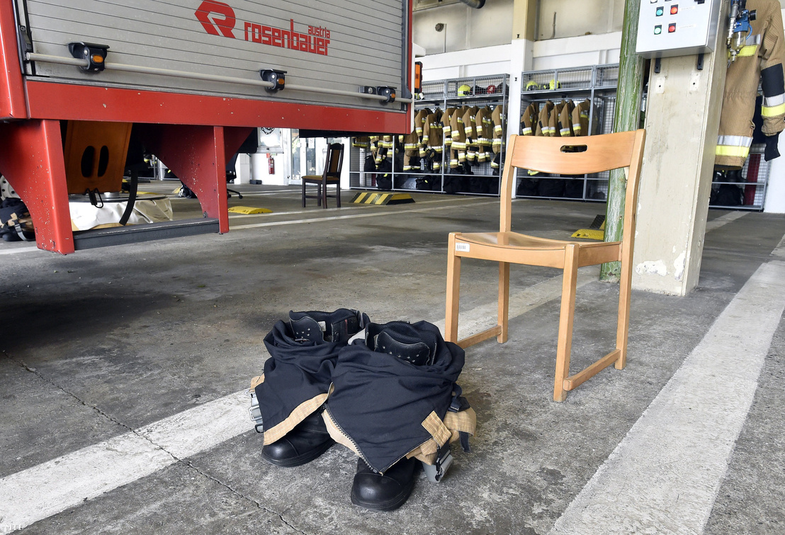 Bevetési öltözék nadrágja és bakancsa a Fővárosi Katasztrófavédelmi Igazgatóság (FKI) kötelékébe tartozó Repülőtéri Hivatásos Tűzoltóparancsnokság állomásán a Liszt Ferenc Nemzetközi Repülőtéren 2017. szeptember 15-én
