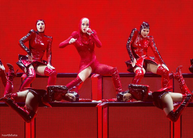 Bizonyára van jelentősége annak, hogy Katy Perry-n olyasmi kapucni van, mint Piroskán a mesében, illetve hogy csak az egyik combja villan ki hófehéren a vérvörös öltözékből, de hogy pontosan mi, annak a megfejtését ezúttal (is) önre bízzuk