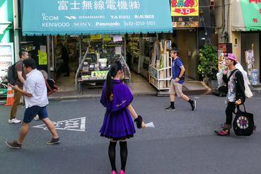 A boltok és éttermek előtt beöltözött lányok tessékelik befelé a kuncsaftokat. Ez a lány a híres Super Potato előtt áll.