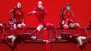 Katy Perry csak egy combot villant a szexi piroskajelmezből