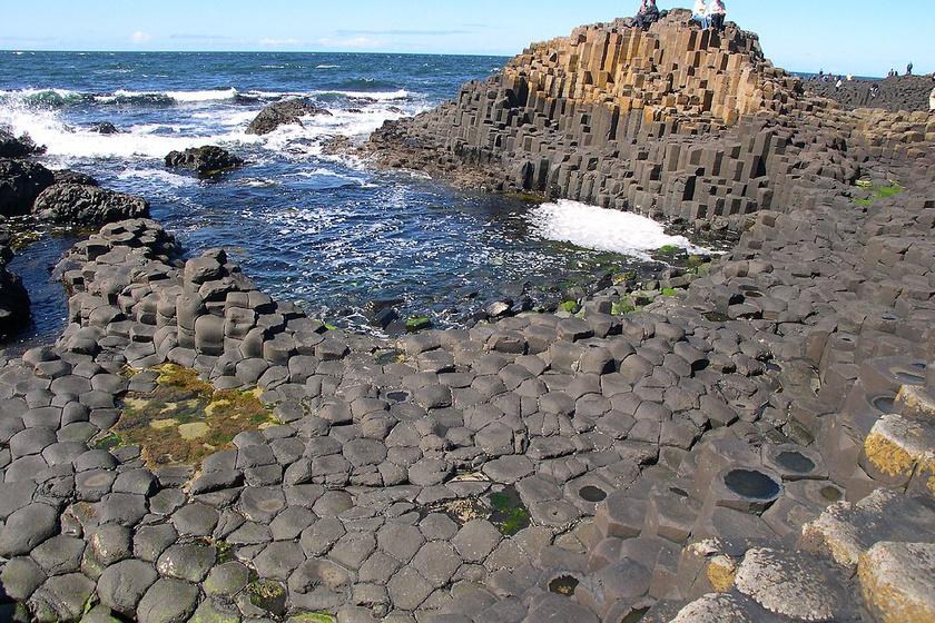 Észak-Írországban az Óriások lépcsője hatalmas természeti kőképződmény, ám a turisták szerint a negyvenezer bazaltoszlopot gigászibbnak mutatják a képek.