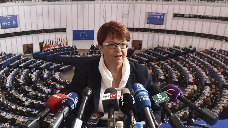Ingeborg Grässle az Európai Parlament költségvetési ellenõrzõ bizottságának vezetõje sajtótájékoztatót tart a budapesti Európa Ponton 2017. szeptember 20-án.