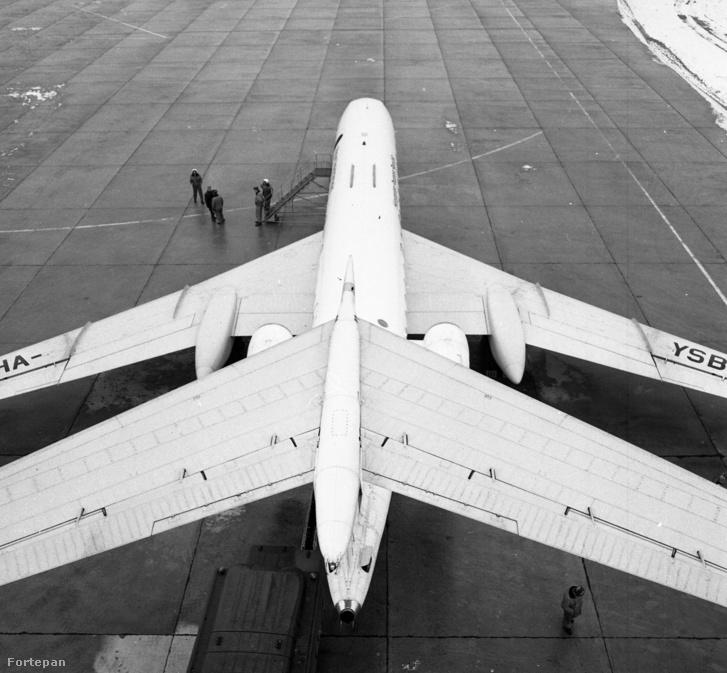 TU-134 típusú sugárhajtású utasszállító repülőgép, magyar kormánygép a Ferihegyi repülőtéren, 1979-ben.
