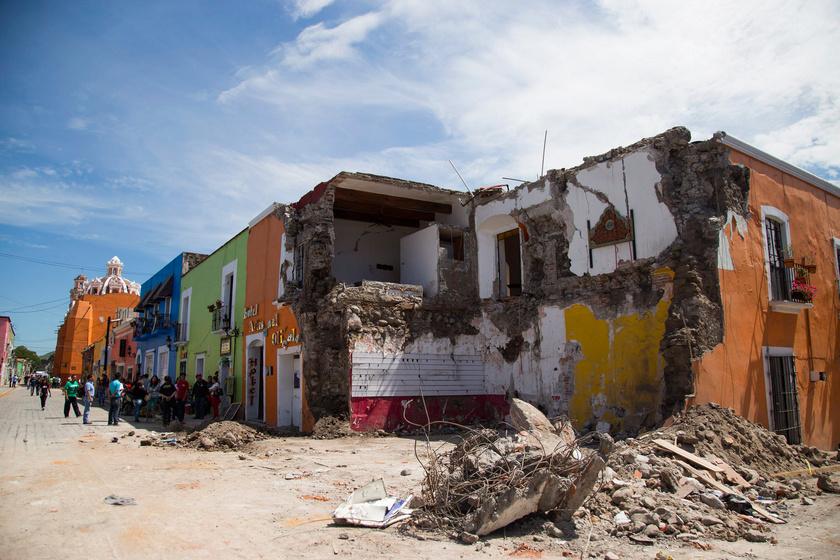 A közép-mexikói földrengésben súlyosan megrongálódott épületek egyike a Puebla állambeli Atzalában 2017. szeptember 20-án.
