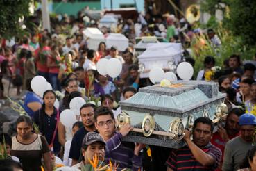 A földrengés áldozatainak temetése Atzalában.