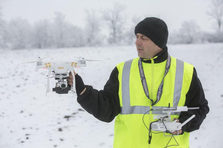Hemzõ Csaba a Körös Mentõcsoport drónkezelõje dolgozik egy Flir Vue hõkamerával felszerelt DJI Phanton 3 Professional típusú drónnal Orosháza közelében 2017. január 21-én.