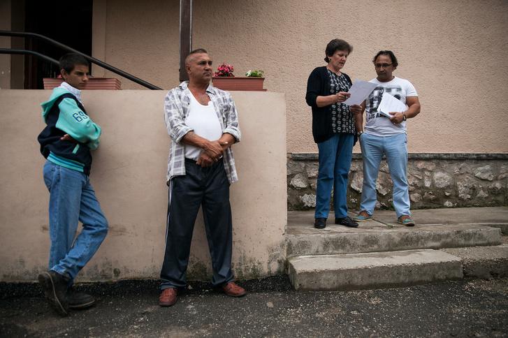 A polgármester és munkatársa névsorolvasást tart a közmunkásoknak Tornanádaskán, 2015 nyarán