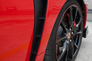 Kerékjárati szélesítést is kapott a Type R, illetve itt távozik a féktől felforrósodott levegő