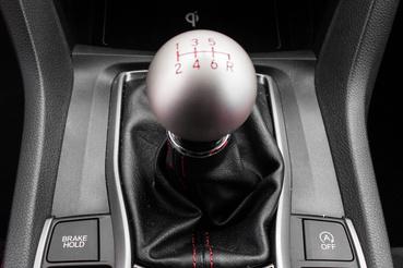 Az autó egyik csúcspontja a váltó, tőle jobbra az üzemmódkapcsoló