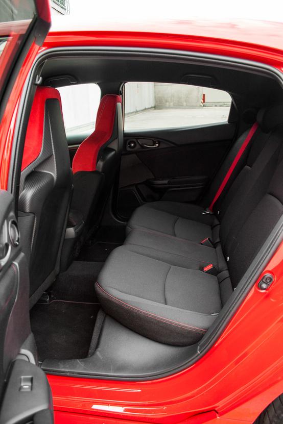 Egyébként egy jól használható, tágas családi autó a Civic, Type R-ként is
