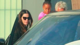 Kedves fotók: Sandra Bullock magával vitte a lányát egy forgatásra