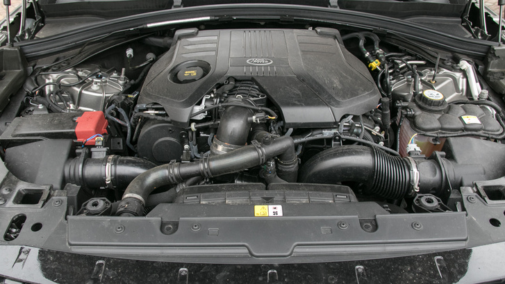 Ez a nagyobbik, V6-os dízel: három liter, 300 lóerő, 700 newtonméter