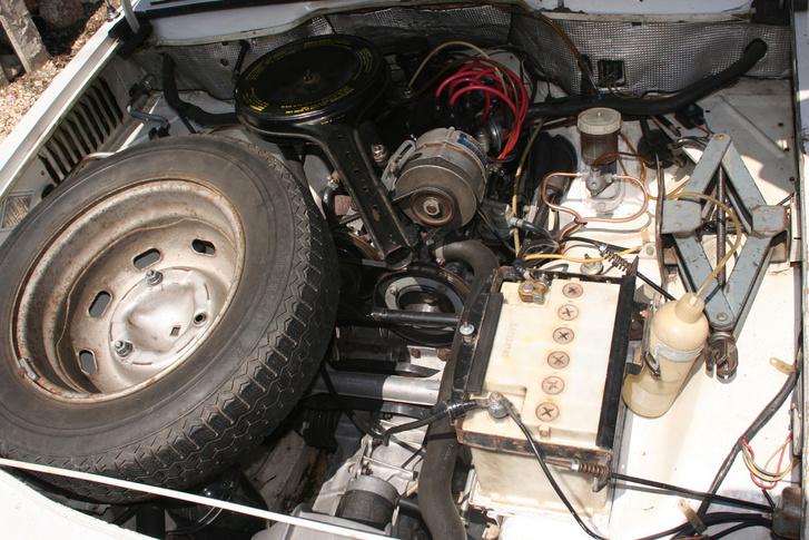 Elöl a váltó, mögötte a motor. A kihasználatlanul maradt térbe befér a pótkerék