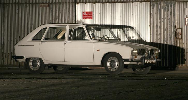Egy korrekt régi Renault mindig kicsit előredől a kerekein