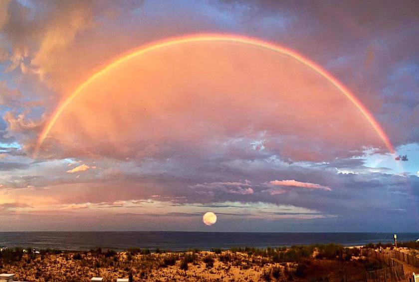Nagy kiváltság ilyen különleges kompozíciót megpillantani az égen: szivárvány és naplemente.