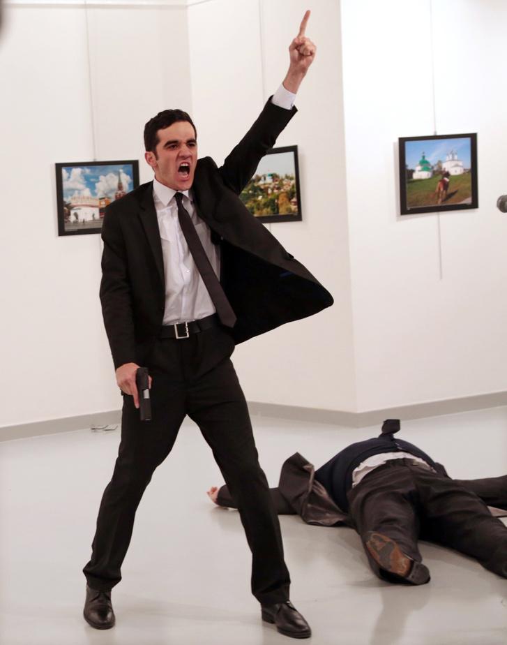 """Mevlut Mert Altintas török rendőr az orosz nagykövet lelövése utáni pillanatban.""""Allahu akbar"""" (Isten a leghatalmasabb), kiabálta, majd törökül folytatta: """"Ne feledjétek Aleppót! Ne feledjétek Szíriát!"""" A török terrorelhárítás különleges alakulata tűzharcban megölte a támadót."""